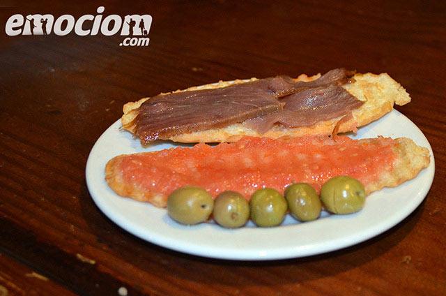 Mollete de atún ahumado con tomate natural, Almería