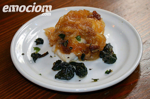 Bacalao confitado con cebolla, miel y pasas