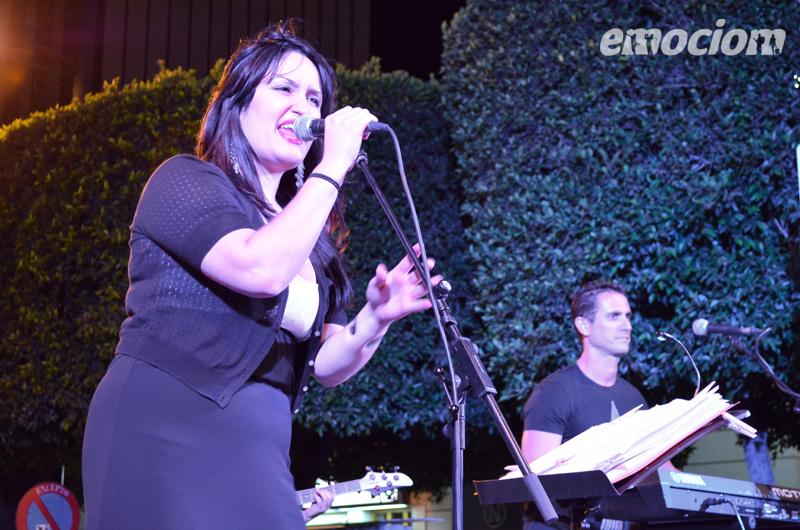 Lady pop en la noche en blanco en Almeria